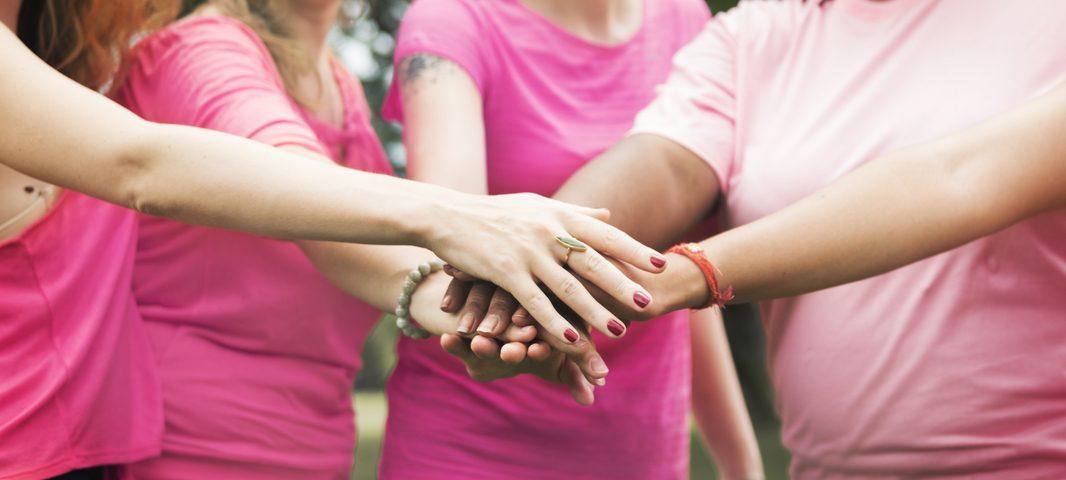 Mulheres unidas contra o câncer de mama no Outubro rosa