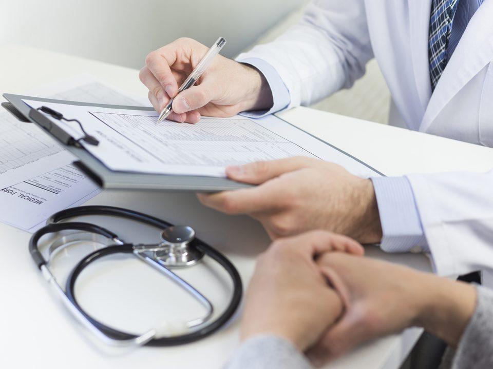 Falta de cálcio: médico analisa exame.
