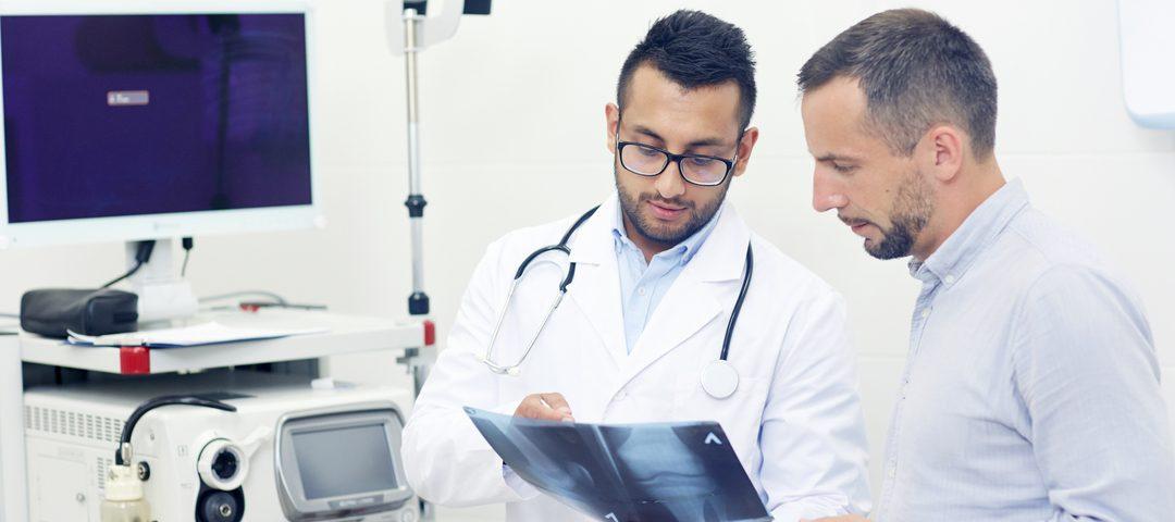 Tipos de ultrassonografia: médicos avaliam exama de imagem.