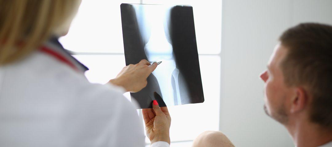 Tomografia computadorizada: médico e paciente observam exame.