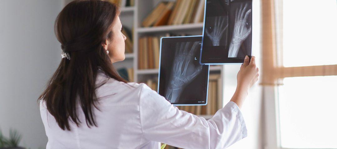 Telerradiologia: médica analisa exame de imagem.