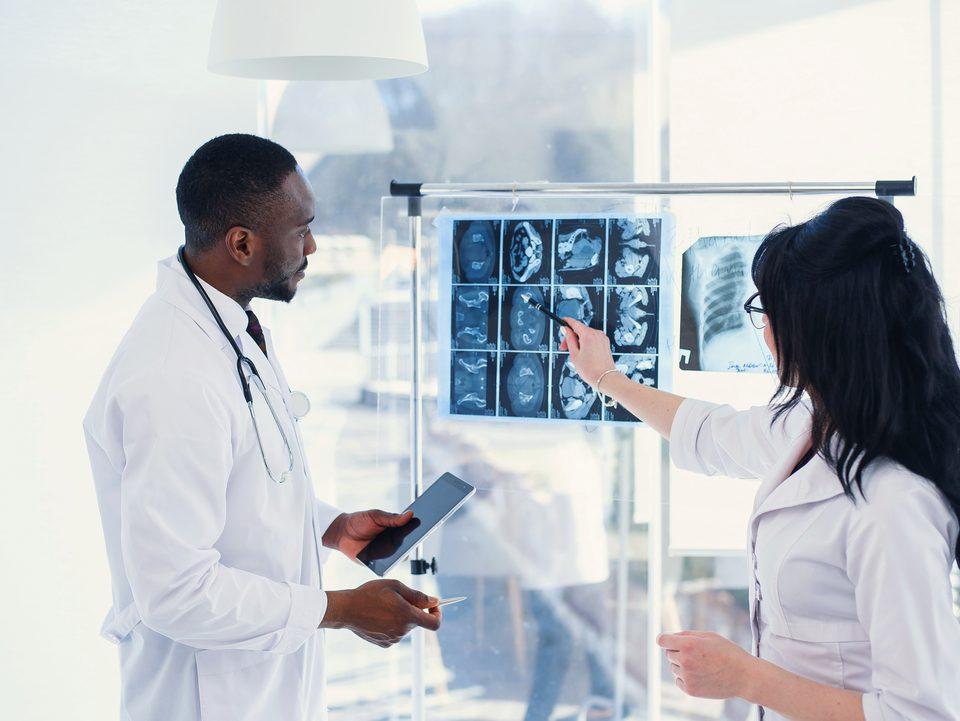 técnicos analisando exames para fazer diagnóstico por imagem