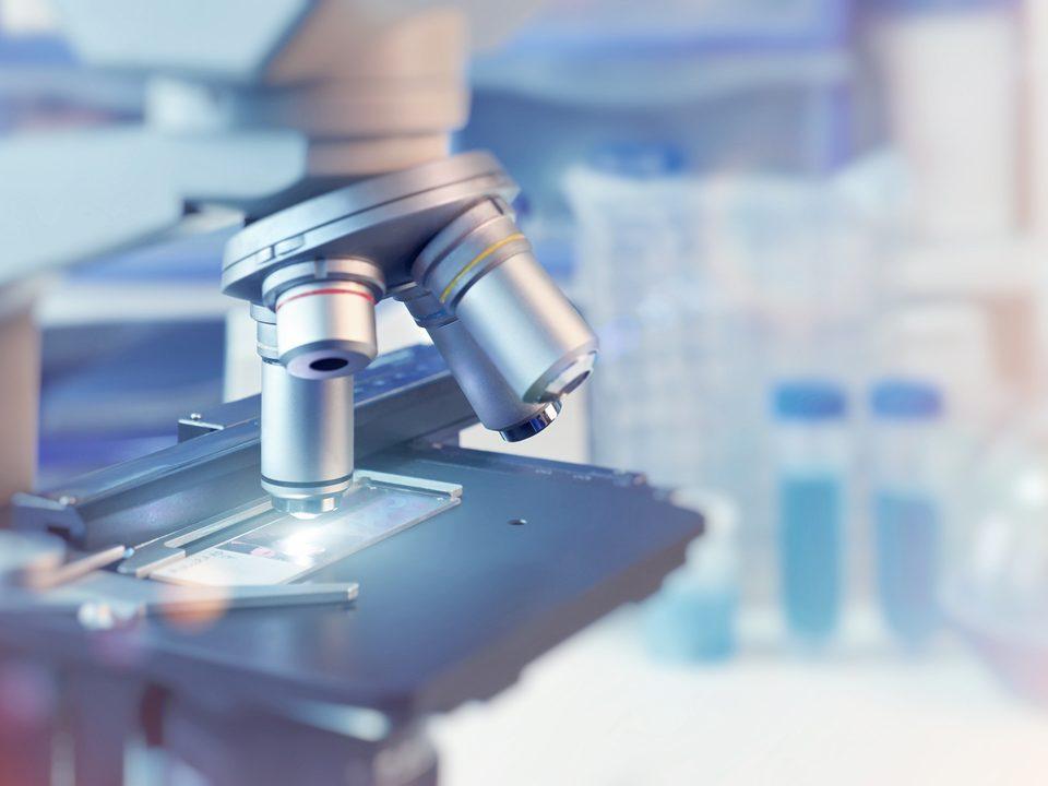 tecnologia na medicina: microscópio em laboratório médico